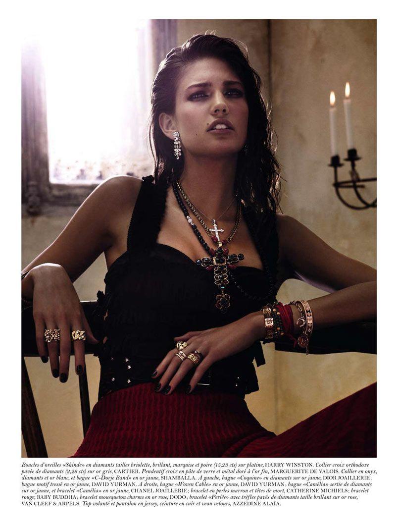 capelli effetto bagnato, corpetto rigido, una cascata di anelli, collane, bangles