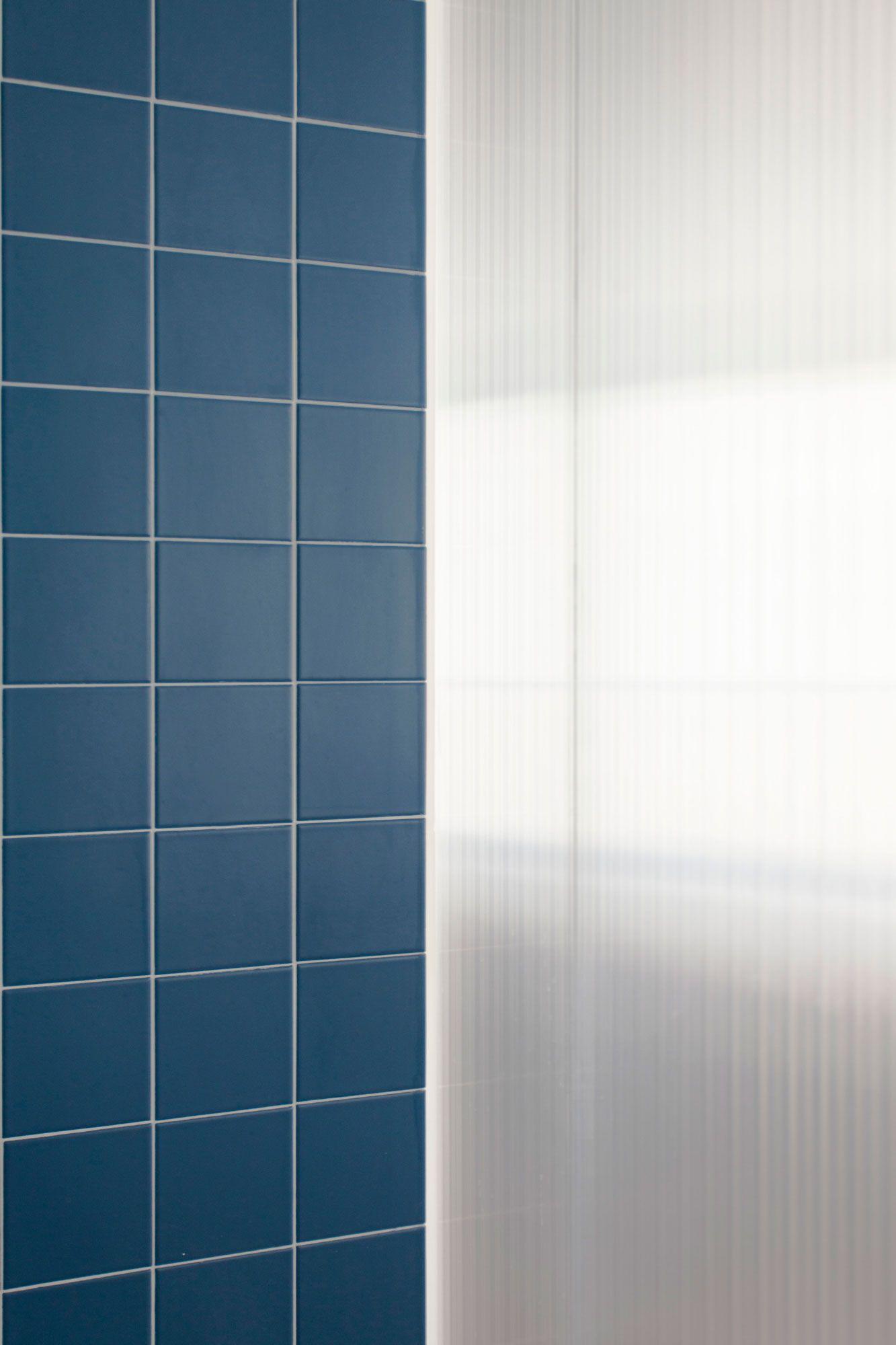 salle de bain cloison polycarbonate et carreaux de