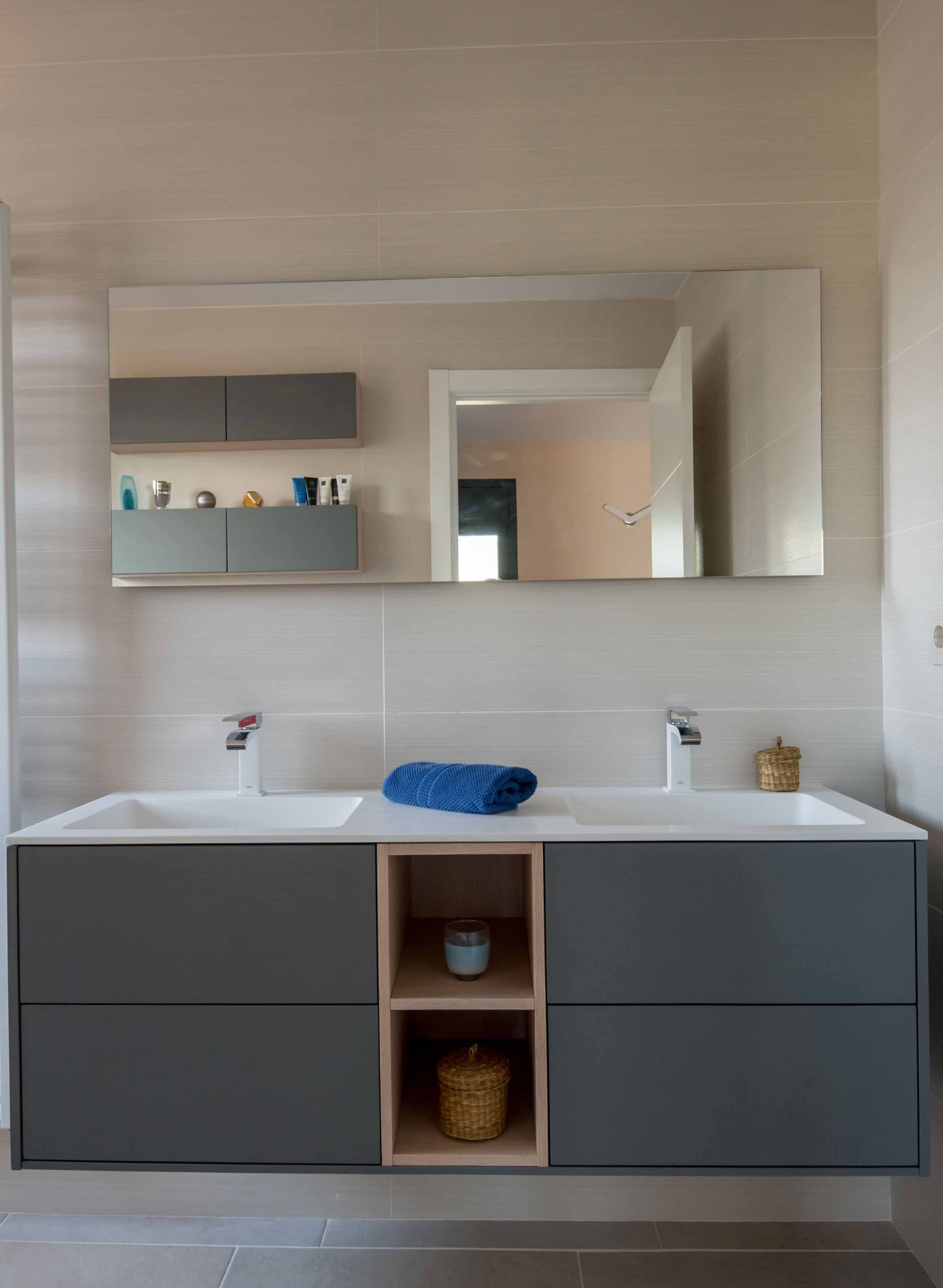 diseño de un mueble de baño suspendido compuesto por dos módulos