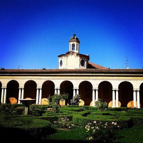 Il cortile interno con giardino di Palazzo Gonzaga, Mantova #mantova #mantovaitaly #giardino