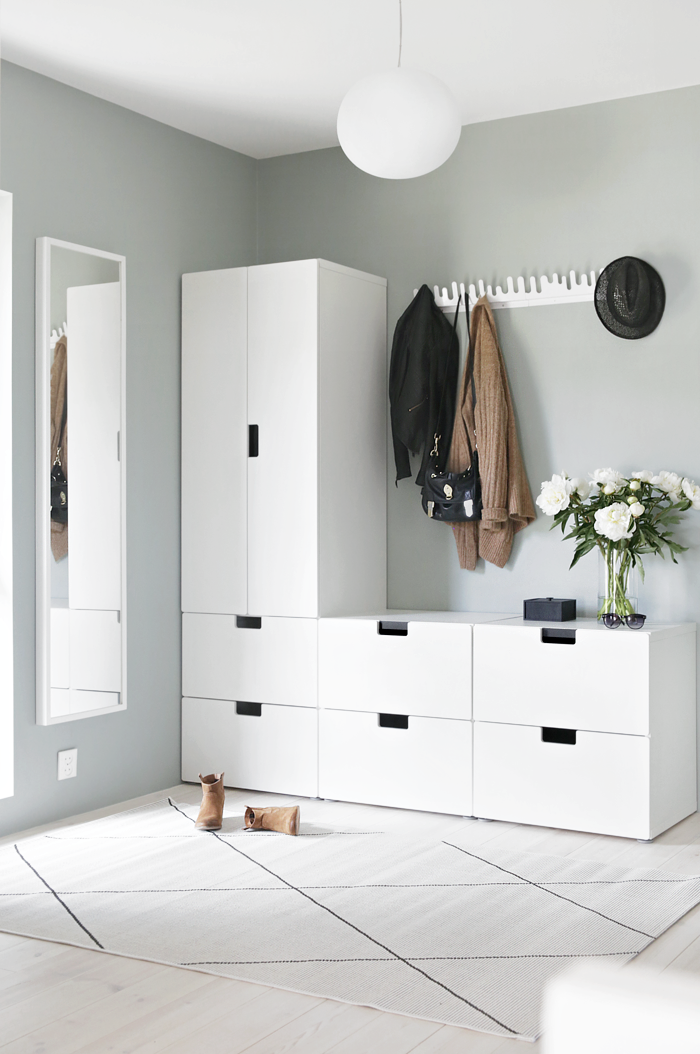 am nagez votre entr e miroir pleins de meubles blanc porte manteau et grand tapis j 39 adore. Black Bedroom Furniture Sets. Home Design Ideas