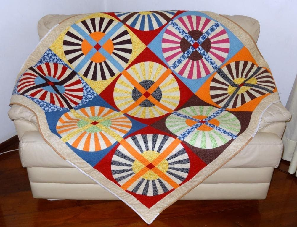 Manta/colcha para sofá em patchwork Rodas da Carruagem - Faça esta peça no Maria Adna Ateliê - Endereço: Av. das Carinas, 739, Moema, São Paulo - Fones: 11-5042-0145 e 11-99672-8865 (WhatsApp), Email: ama.aulasevendas@gmail.com. Estacionamento próprio. FACEBOOK: https://www.facebook.com/MariaAdnaAtelie