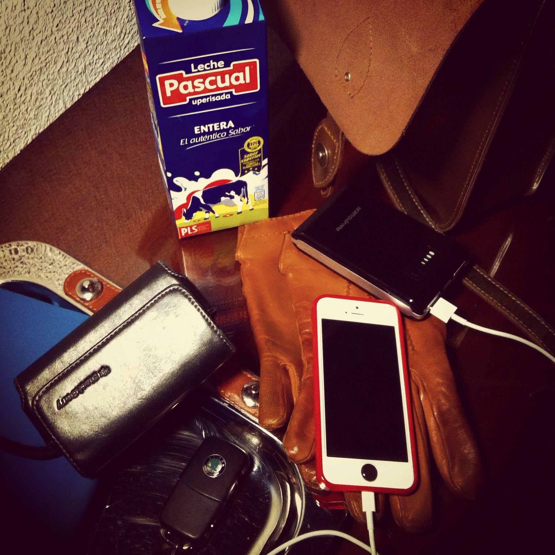 Nos preocupados de tener #batería en nuestros #devise , pero nos cuidamos ?? Un buen desayuno con #leche #pascual #milk y a por el día #lightning #chargingcable  #charge your #phone  #everywere by ##thebackpack  by #simbiosc #simbiosctv #ravpower #powerbank
