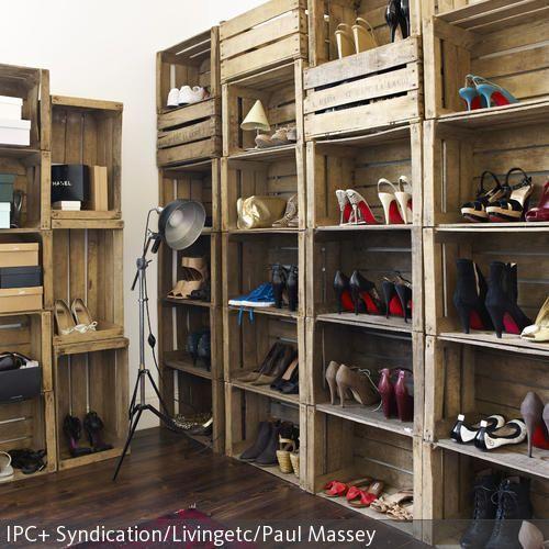 Das Modulsystem Für Die Aufbewahrung Von Schuhen Lässt Sich Ganz Leicht  Selber Aus Rustikalen Holzkisten Bauen. Die Stehleuchte Im Industrie Chic  Passt Zu ...