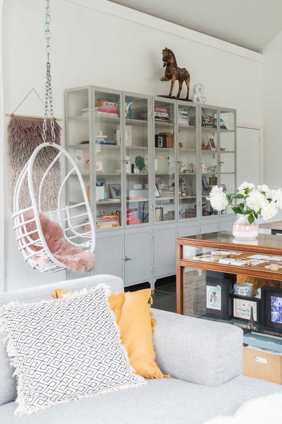 Woonkamer met grijze bank en witte hangstoel | Living room with grey ...