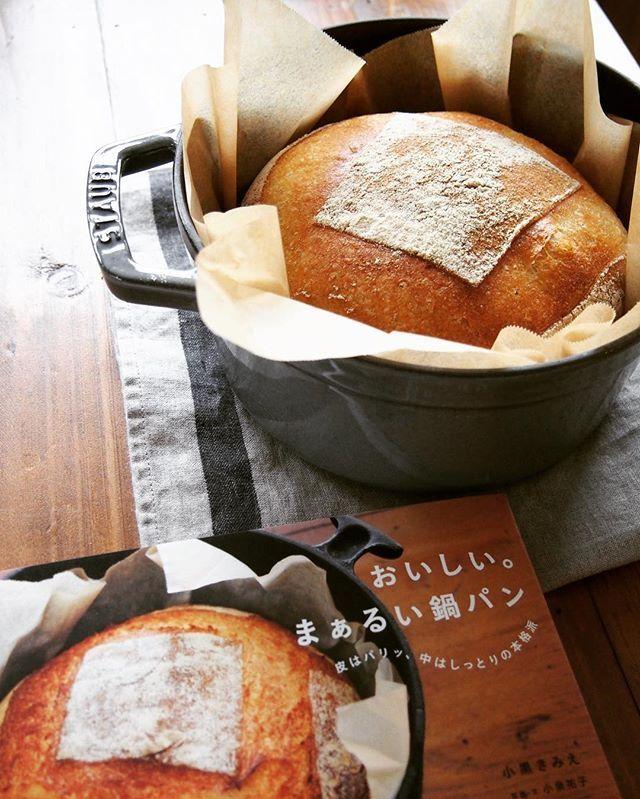 久々に微サフで生地仕込んで ストウブ鍋使ってパンを焼いてみました そしてこれまた久々の自宅用オーブン焼き 東芝の石窯ドーム レシピ本通りのイースト配合だとイースト臭い感じがしたので 0 2 にしたけど それでも生地が元気っ 内麦で石臼挽き全粒粉配合