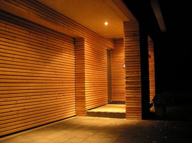 geschlossene rhombusschalung aus sib l rchenholz mit verkleidung des garagentors. Black Bedroom Furniture Sets. Home Design Ideas