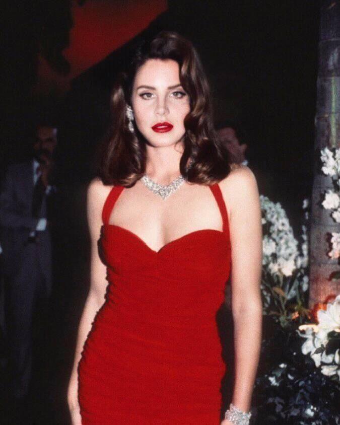 Resultado de imagem para lana del rey vestido vermelho