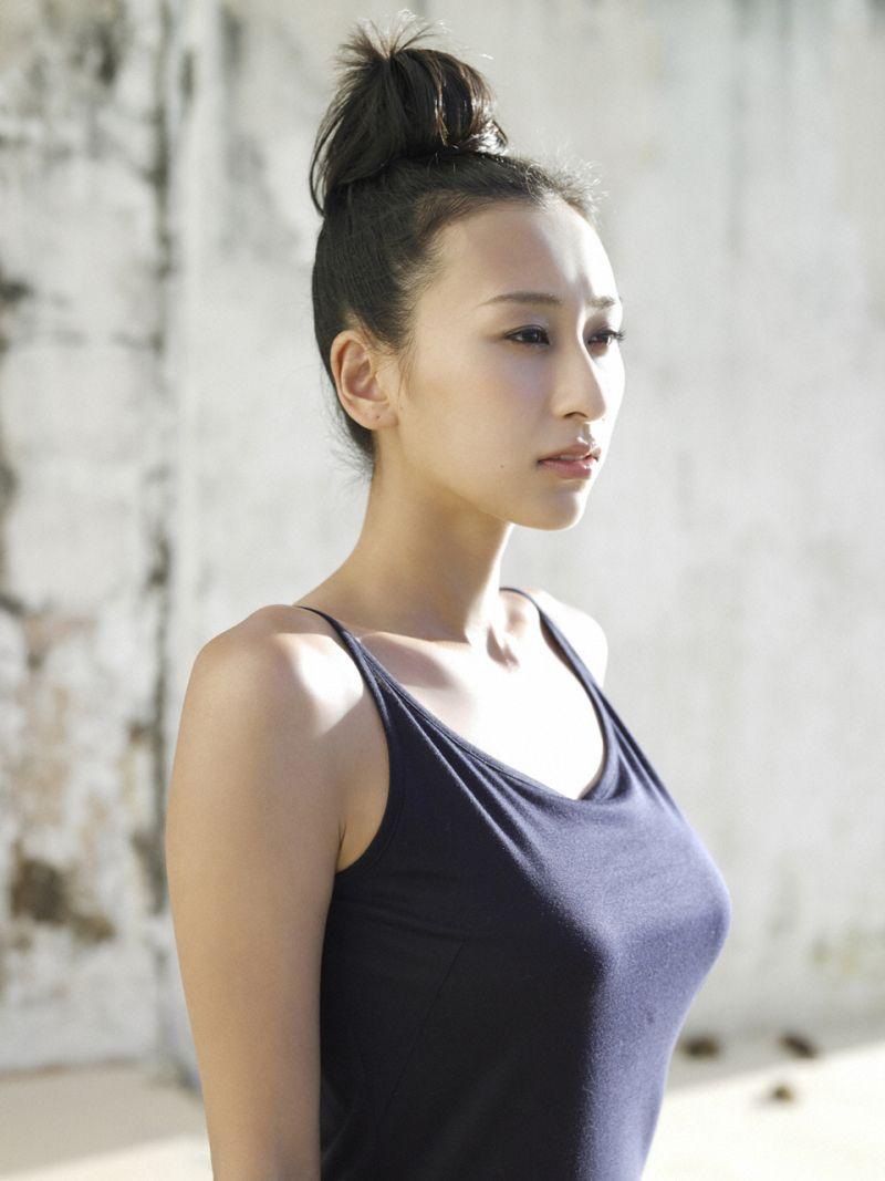 シンプルな服装の浅田舞さん