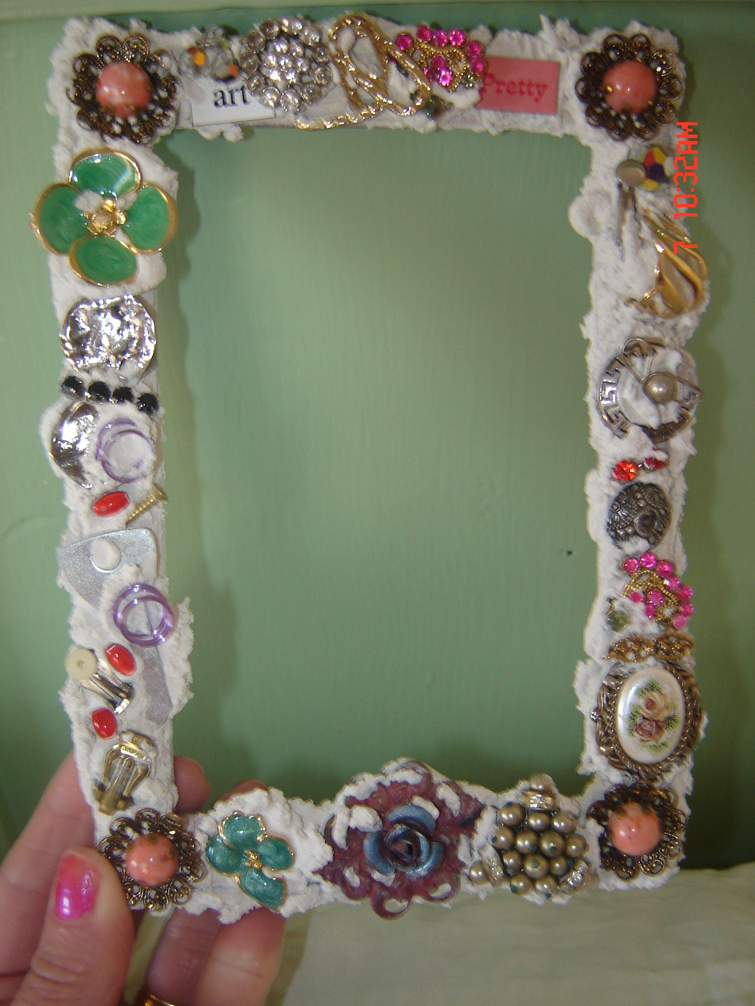 Use jewelry to decorate a frame Craft Ideas