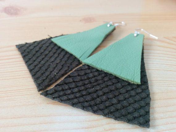 Mira este artículo en mi tienda de Etsy: https://www.etsy.com/listing/281229174/leather-earrings-dangle-earrings-green