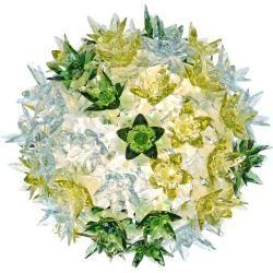 Die kleine Wand- und Deckenleuchte Bloom besticht durch ihr verspieltes Design. Die Struktur der Leuchte ist unter einer Vielzahl kleiner Blüten aus Polycarbonat verborgen, die wie Kristalle glitzern.