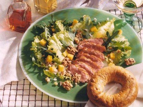 Rucola-Entenbrust-Salat mit Walnussbagel und 87.000 weitere Rezepte entdecken auf DasKochrezept.de