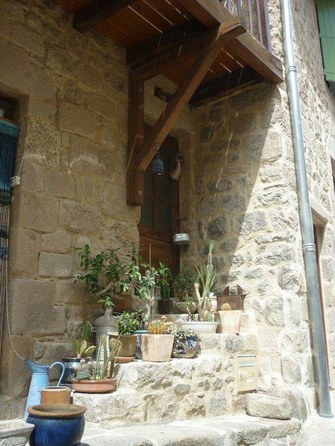 Escaleras medievales con encanto..decorando la entrada del portal