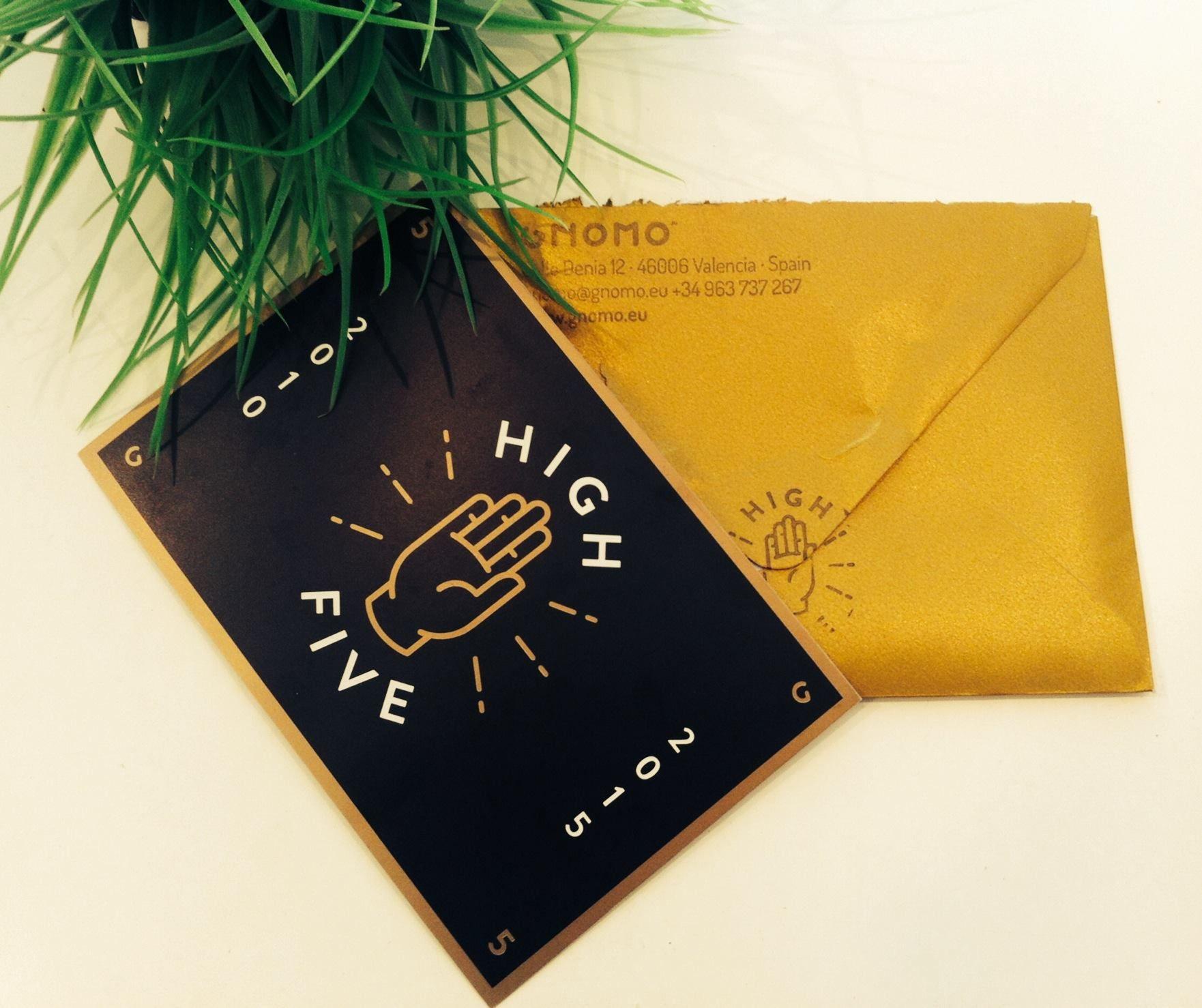 ¡¡Un gran aniversario se acerca, y estamos impacientes!! ¡Juntar la genialidad de :: gnomo :: con la magia de merienda | estudio creativo solo puede traer maravillas! Y si encima la invitación viene con sobre dorado... :)