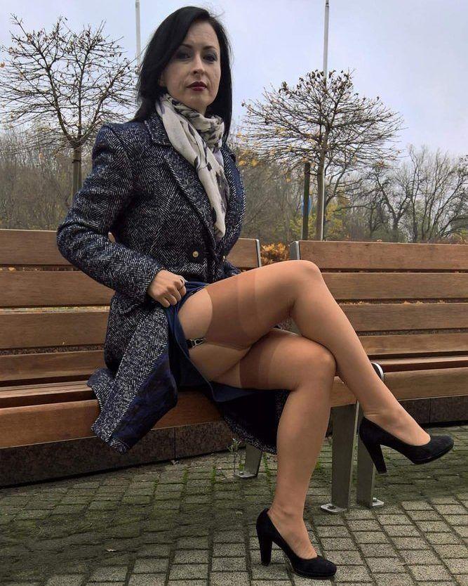 Sexy MILF In Red Heels und Strümpfe