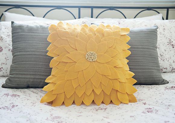 Bee-u-ti-ful Felt Sunflower Pillow: Free Tutorial