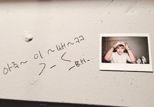 """Baekhyun wrote """" So ~ Pre~tty~kk """" next to Kris's polaroid."""