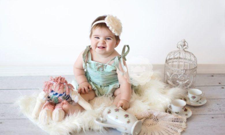 ملا مح تطور الطفل في الشهر الثامن من العمر موقع عيادة اﻷطفال Flower Girl Dresses Baby Development Flower Girl