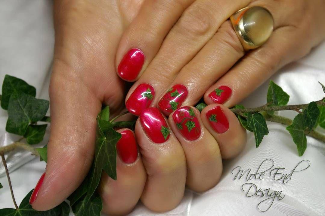 A bit of ivy for Christmas #nailart #dorsetnails #shaftesburynails #moleenddesign #ivy #Christmas #gelpolish #handpainted