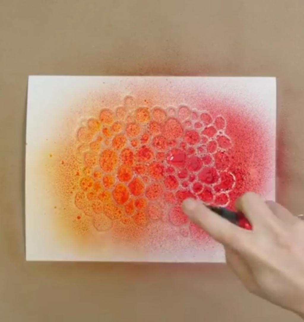 Elle dessine une forme sur un papier de cuisson avec de la colle chaude ce qui suit vous fera - Bricolage avec du papier ...