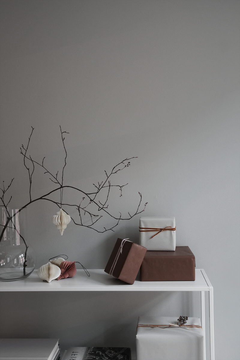 Minimal Scandinavian-Inspired Holiday Décor Inspiration - NordicDesign #adventskranzskandinavisch