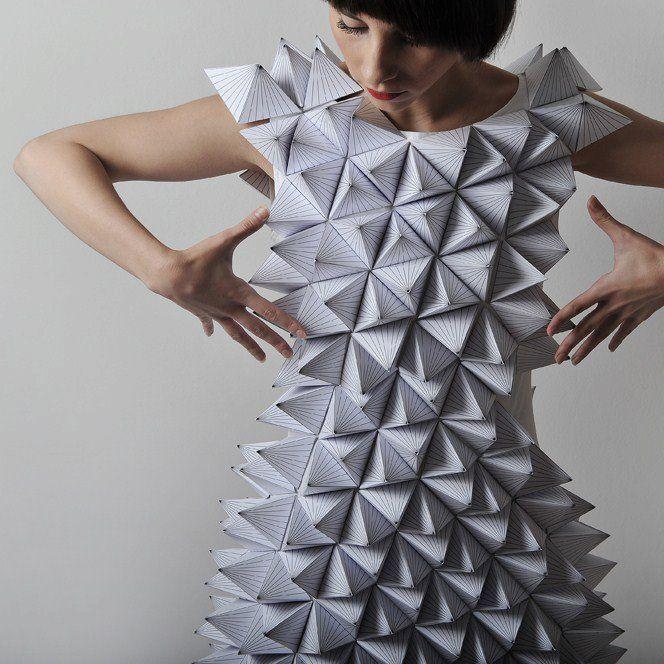 Fashion art poustouflantes robes en papier glose fantastic fashion runway road - Robe en origami ...