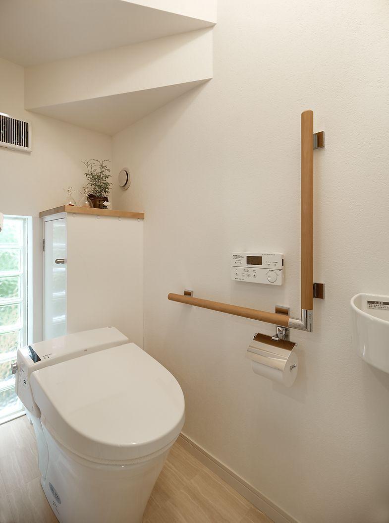 ミサワホームイングデザインリフォーム トイレのバリアフリーリフォーム お祖母様と一緒の暮らしに備えて階段下を利用したトイレを新設しました 便器は背面の壁から離して設置 掃除のしやすさはもちろん 後ろから回り込んで介助をする為の工夫です 入り口も便器の