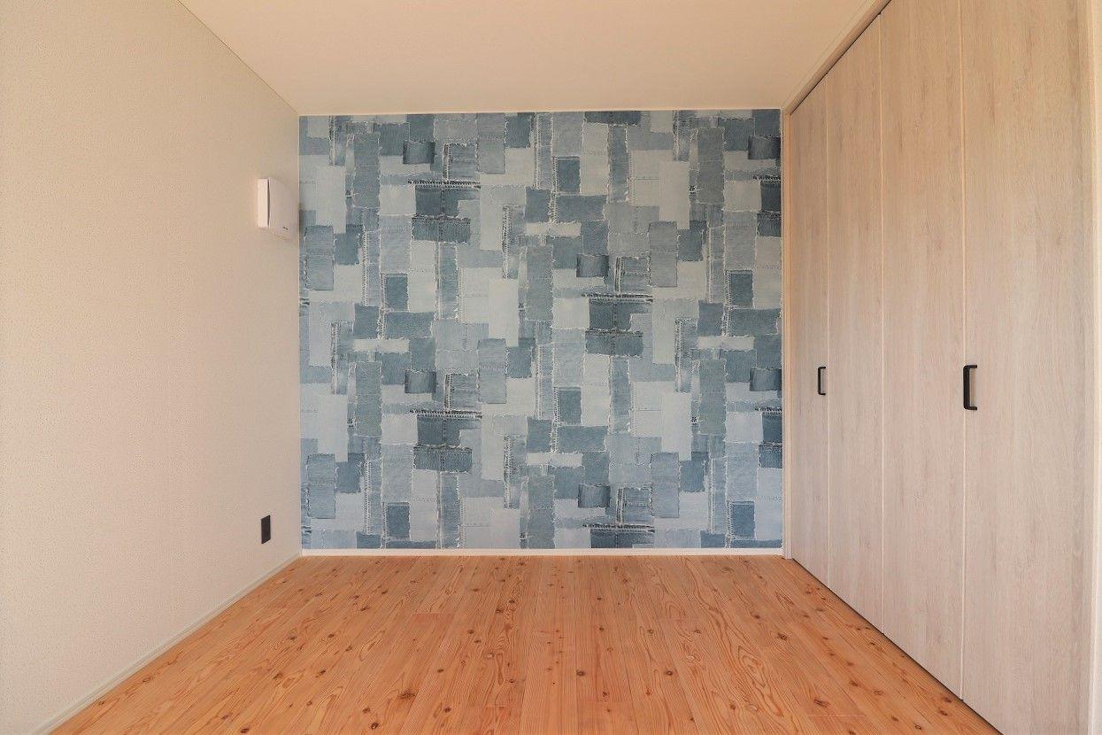 こども部屋は遊び心ある楽しい空間 デニム柄のクロスでユーモアな印象