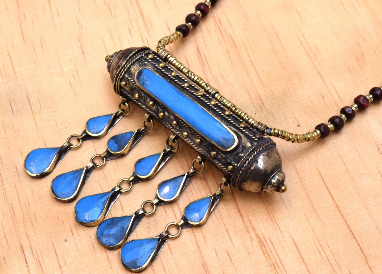 Gran collar de Kuchi afgano, Tribal, píldora caja babero, collar de la caja de oración, Hippie, joyería gitana, gitana Boho collar, collar étnico de CraftEastShop en Etsy https://www.etsy.com/es/listing/217665165/gran-collar-de-kuchi-afgano-tribal