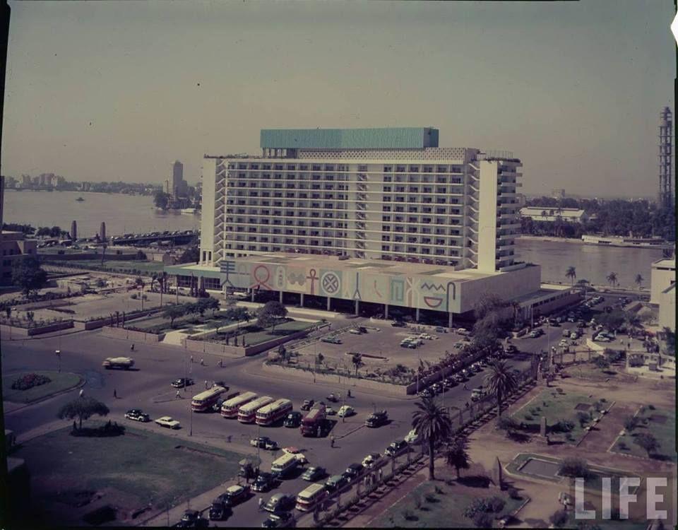 القاهرة 1960 اطلالة على فندق النيل هيلتون من ميدان التحرير المهم في هذه الصورة هو كيفية تحديد تاريخها اقصى يمين الصورة يبدو برج القاه Modern Egypt Cairo Egypt