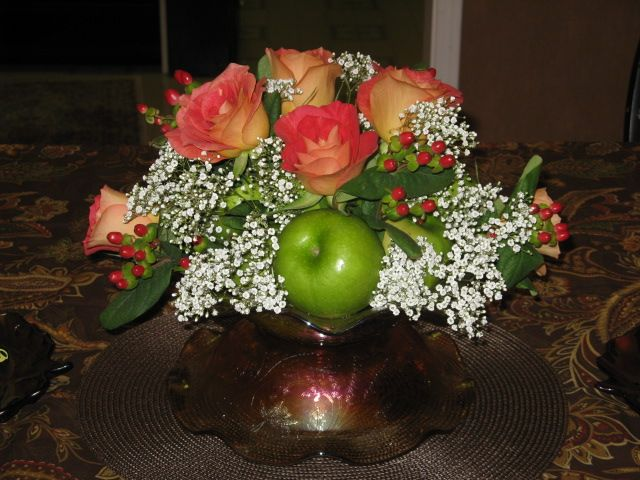 Lovely Table Centerpiece made with Grannysmith apples & Roses!