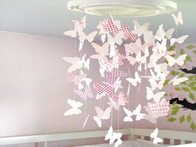 déco chambre bébé avec papillons suspendus du plafond