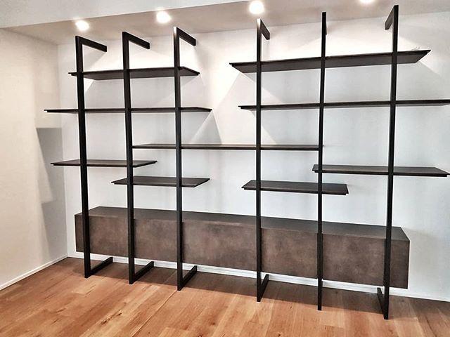Ecco la parete attrezzata montata in appartamento mobili for Mobili neri
