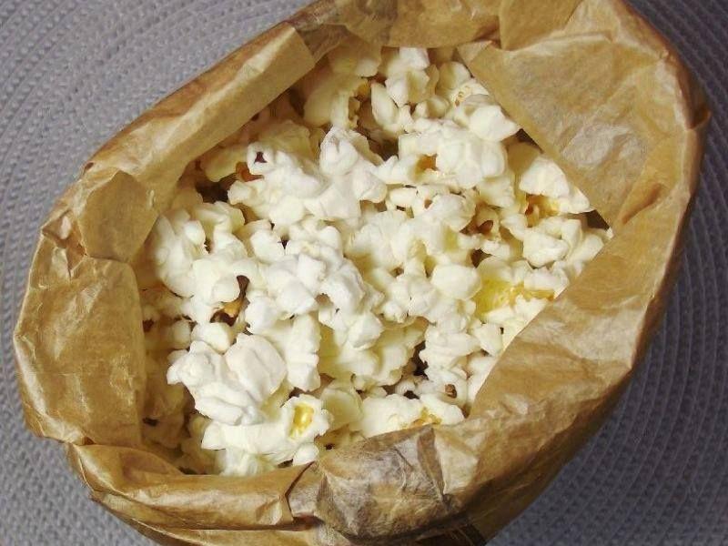 Ingredientes  1/2 xícara (chá) de milho de pipoca 1 saco de pão vazio     Modo de Preparo  Coloque o milho dentro do saco de pão Feche bem o saco e coloque no micro-ondas por