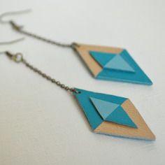Boucles d'oreilles longues en cuir bleu et or graphiques et assymétriques. Création unique et originale Sha-la-la.