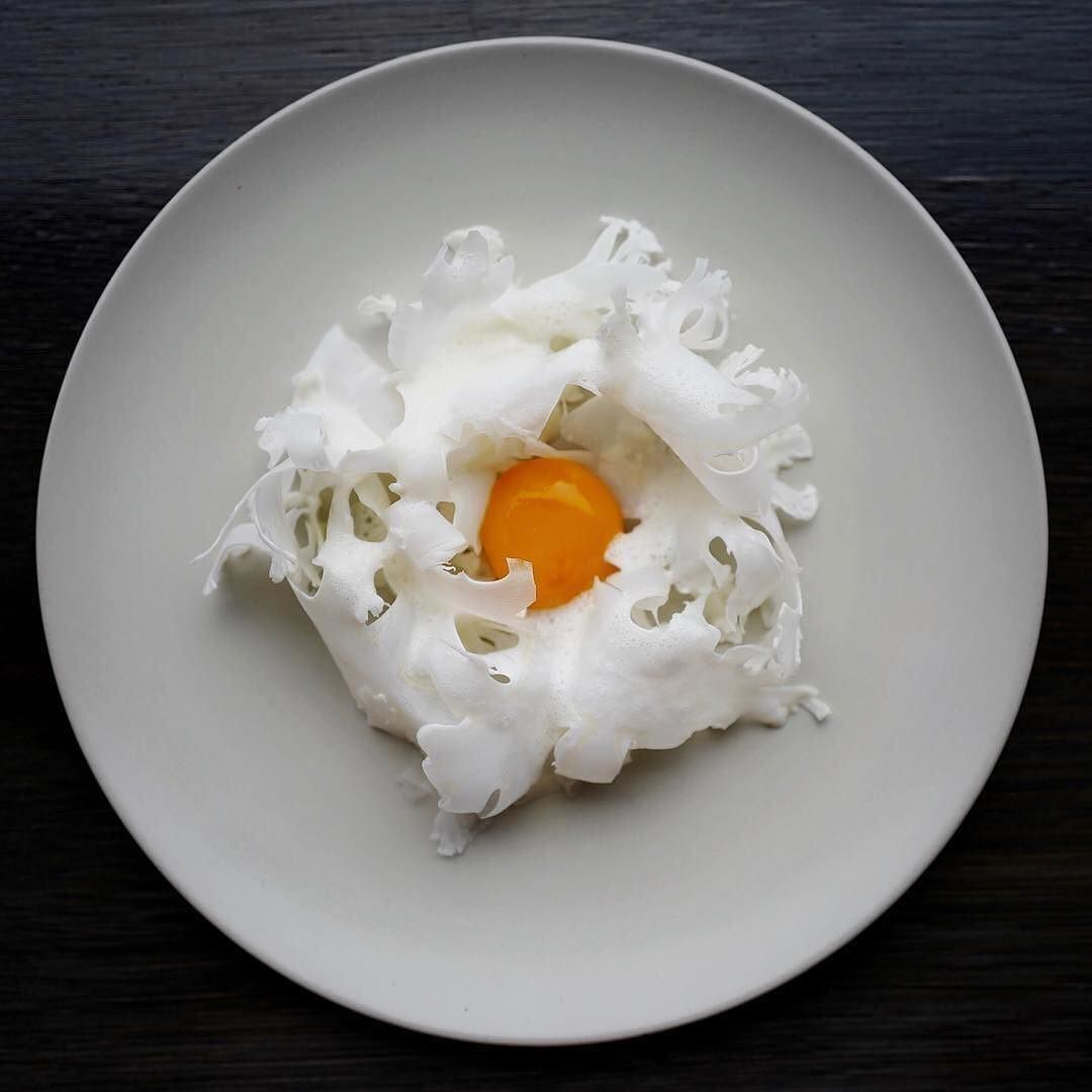 Raw cauliflower with poached egg and salted butter by @bobech Tag your best plating pictures with #armyofchefs to get featured. ------------------------ #foodart #foodphoto #foodphotography #foodphotographer #delicious #instafood #instagourmet #gastronomy #califlower #egg #poached - find more inspiration on www.kochfreunde.com