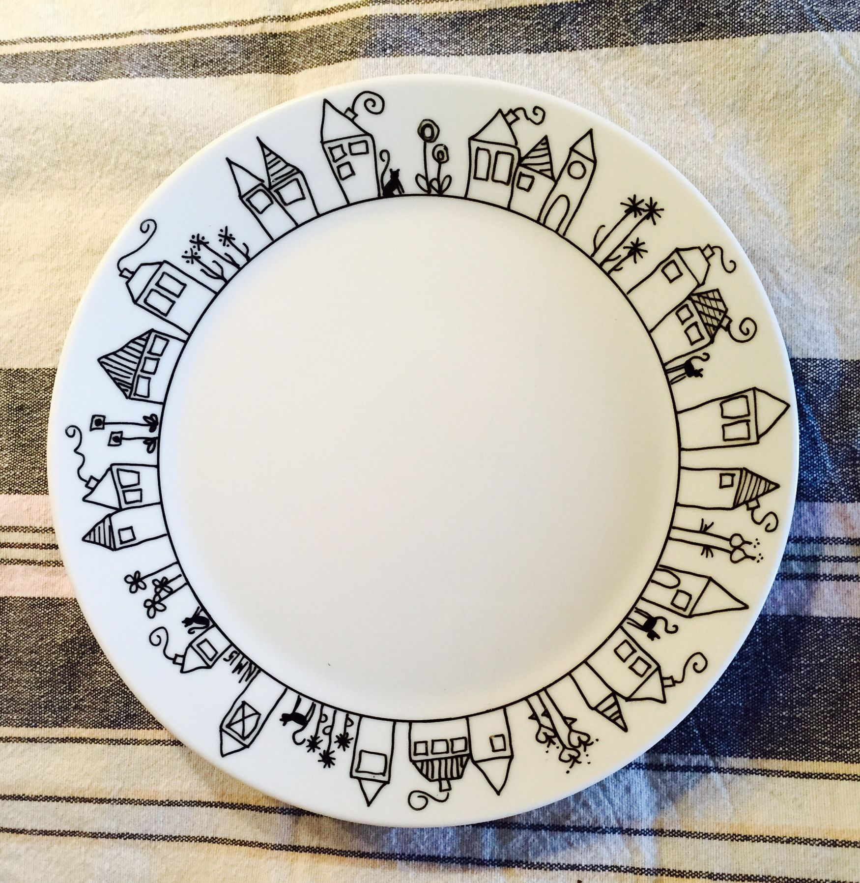 Dinner plate decorated with porcelain pens #tazasceramica