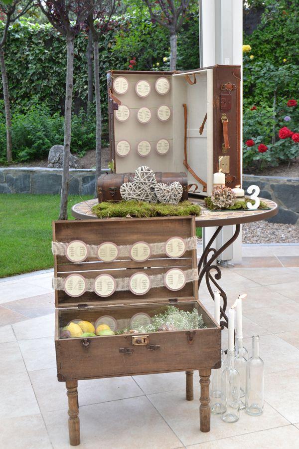 Seating para invitados diseñado por Dimeic: composición de maletas vintage