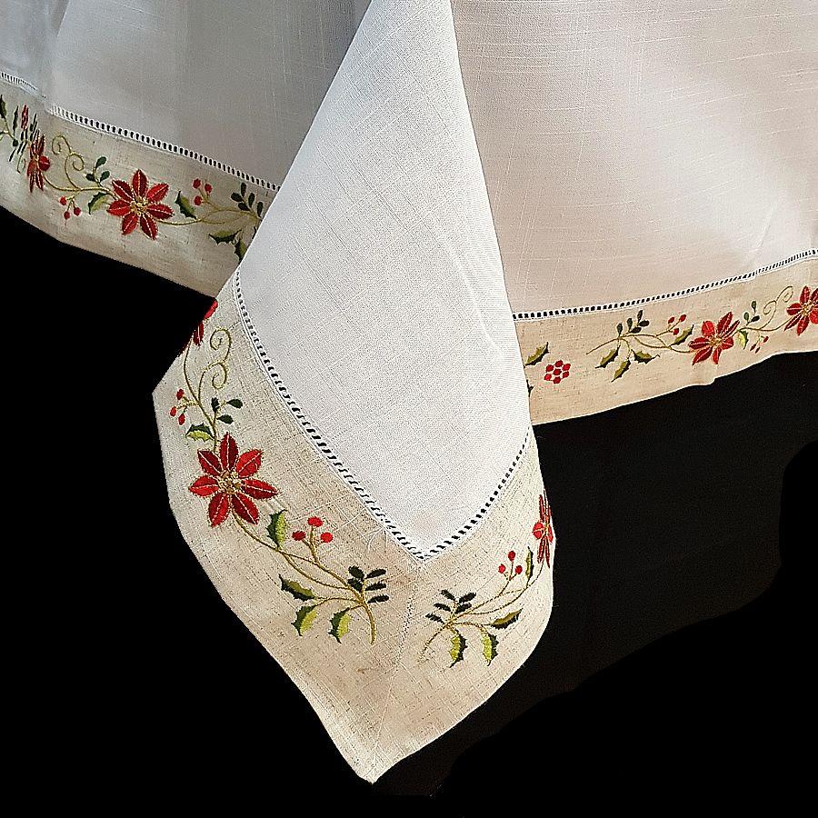 Mantel de Navidad bordado con una greca con la flor de pascua sobre ...
