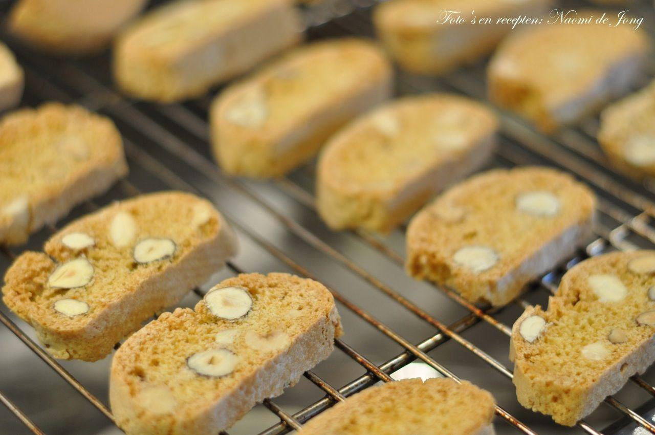 Deze heerlijke, krokante koekjes zijn van oorsprong Italiaans. Doordat er geen vet in zit kan je de cantuccini heel lang bewaren. En doordat ze geen vet bevatten, behalve van de noten (en dat zijn goede vetzuren) leveren ze ook minder calorieën dan andere koekjes. Je kan alle soorten noten of...