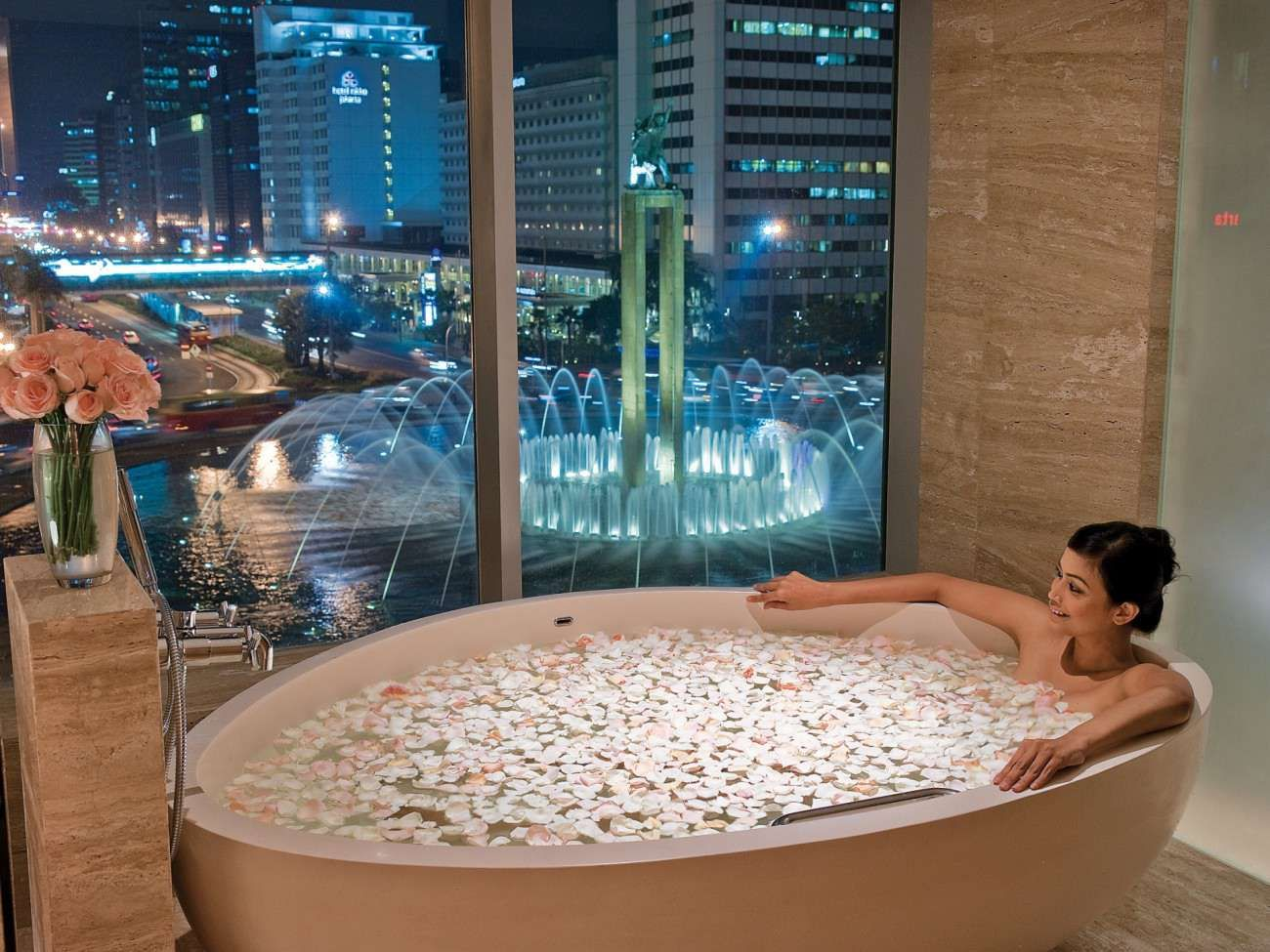 Http Www Kempinski Com Assets Hotel Indonesia Kempinski Jakarta Roomssuites Resampled Setwidth1300 Jkt1bathroomlb2t Jpg Amazing Bathrooms Tub Bathtub Design