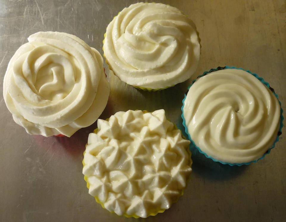 Cupcakes de calabaza y canela con frosting queso crema en 4 versiones: romántico, divertido, clásico y skinny
