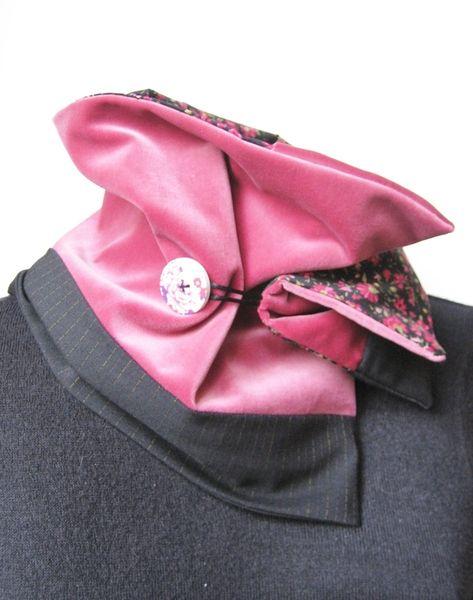 Un joli jeu de matières et de couleurs , un col-snood-écharpe réalisé dans de belles etoffes avec un épais velours de coton rose , un doux coton fleur