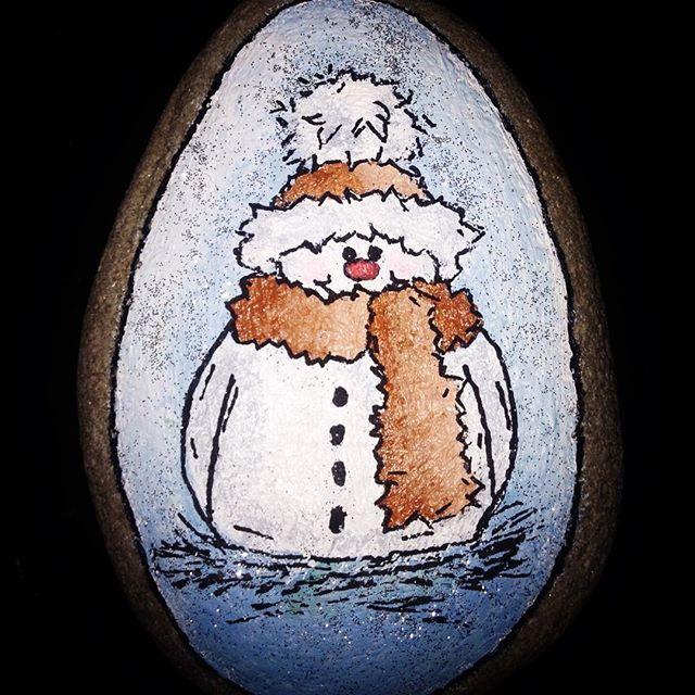 En julesten til min kære Mor❤️ #julesten #kreativ #akryl #rockpainting #snemand #sylvester #tilmor #christmas