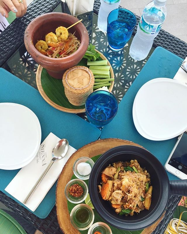 ผัดซีอิ๊ว โรงแรมแคปเซียนน่า ณ หาดกมลาโรงแรมนี้อาหารอร่อย บริการเลิศ และราคาถูกมาก ถ้าเทียบกับอาหารและบริการที่ได้รับ บวกกับเป็นหนึ่งในโรงแรมที่ติดอันดับวิวดีที่สุดแห่งหนึ่งในภูเก็ต เหมาะกับนักศึกษามีงบจำกัดอย่างเราจริงๆ ไม่ไปไม่ได้แว้วว 😍😍 📍Cape Sienna hotel, Phuket 💰 180 Baht/ dish (for ผัดซีอิ๊ว)  Yummery - best recipes. Follow Us! #foodporn