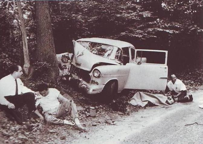 Los reporteros se enteraron de la comida familiar en casa de Morton . El coche ( un Oldsmobile verde) de la pareja de novios, fue impulsado por Morton Miller , que había acelerado para escapar de los cazadores . El automóvil del reportero aceleró también, pero , sin saber el camino , se había estrellado contra un árbol. El reportero, lanzada contra el parabrisas , había sido serioulsy lesionada y fue llevado al hospital de New Milford , IBAN DETRÁS DE MARILYN Y ARTHUR MILLER.