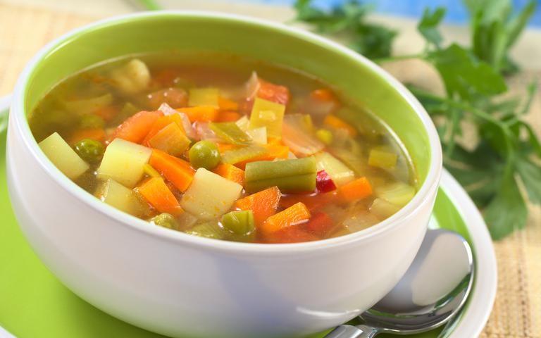 Sopa de verduras con apio y cebolla