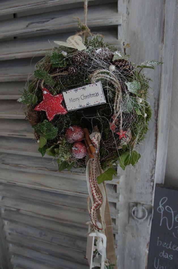 Ein Zauberhaft Schoner Wintergruss Auf Einem Mit Moos Umbundene Strohkranz Finden Sich Allerlei Mit Bildern Stroh Kranz Turdekoration Weihnachten Weihnachten Dekoration