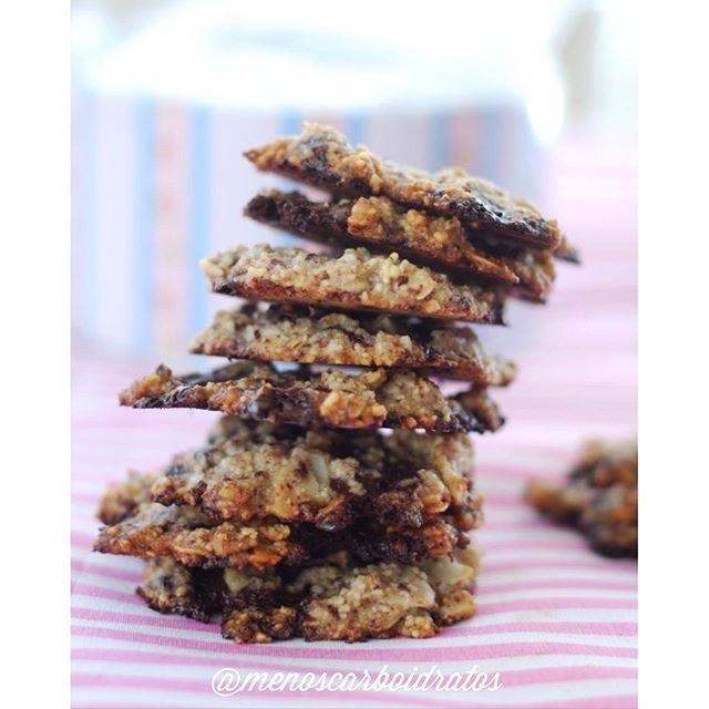 O la la!❤️ Cookies com pedaçinhos de chocolate! Lowcarb, sem gluten, sem açucar, sem culpa!  24 cookies  1/2 copo de farinha de coco 1/2 copo de farinha de amêndoa 1/2 copo de amêndoa em flocos 100 g de manteiga, temperatura ambiente 1 colher de chá de fermenta química 1 ovo (a clara) raspas da casca de um limão (não necessario, mas da um toque extra, e ajuda tirar um pouco do sabor amargo da stevia se for usar) Adoçante (eu usei 2 colheres de sopa de erythritol, 1/4 colher de chá de stevia…